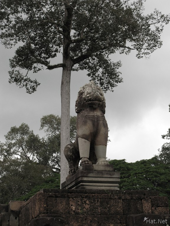 stone lion in angkor thom