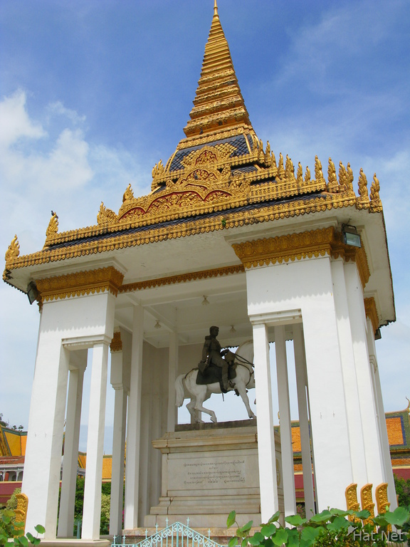 king nordoms statue and stupa