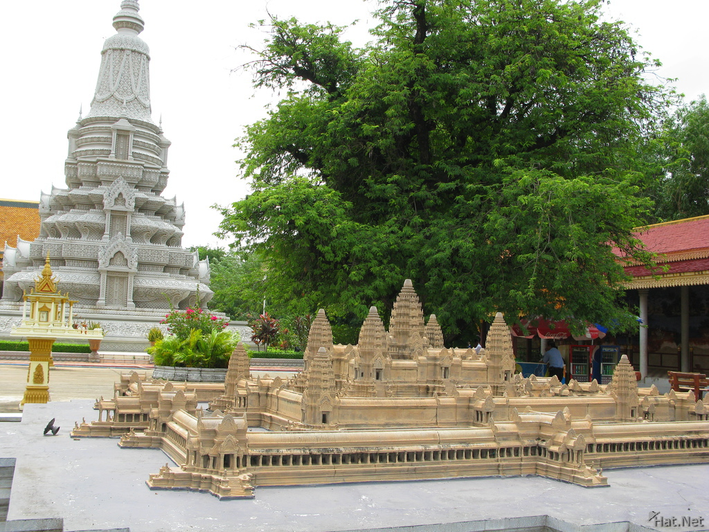king ang duong stupa behind angkor model