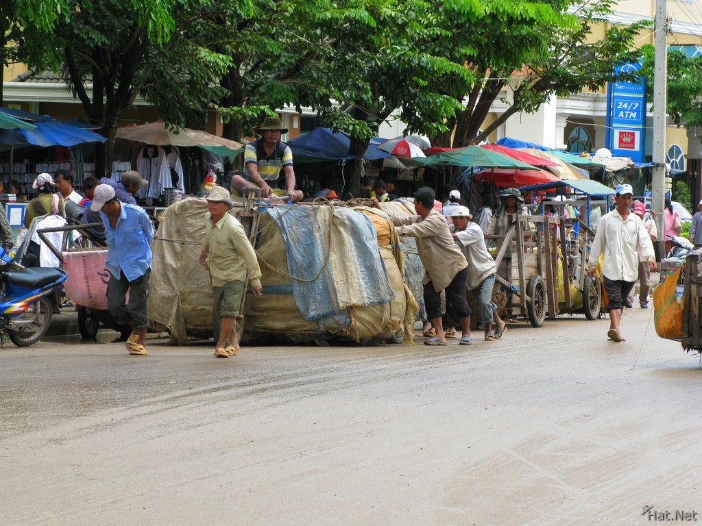 porters at cambodian and thailand border