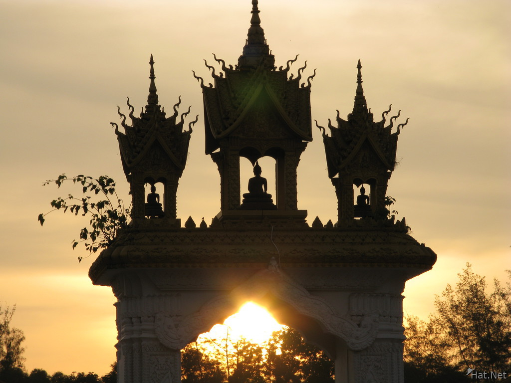 pha that luang gate