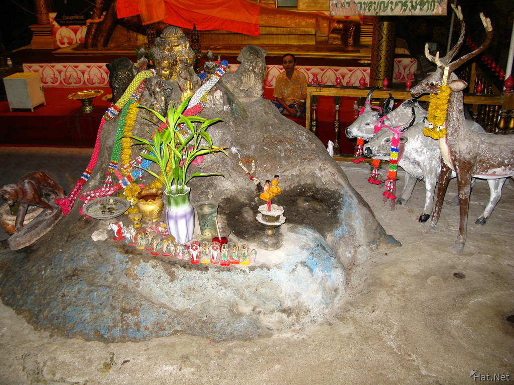 offering in khoa poon cave