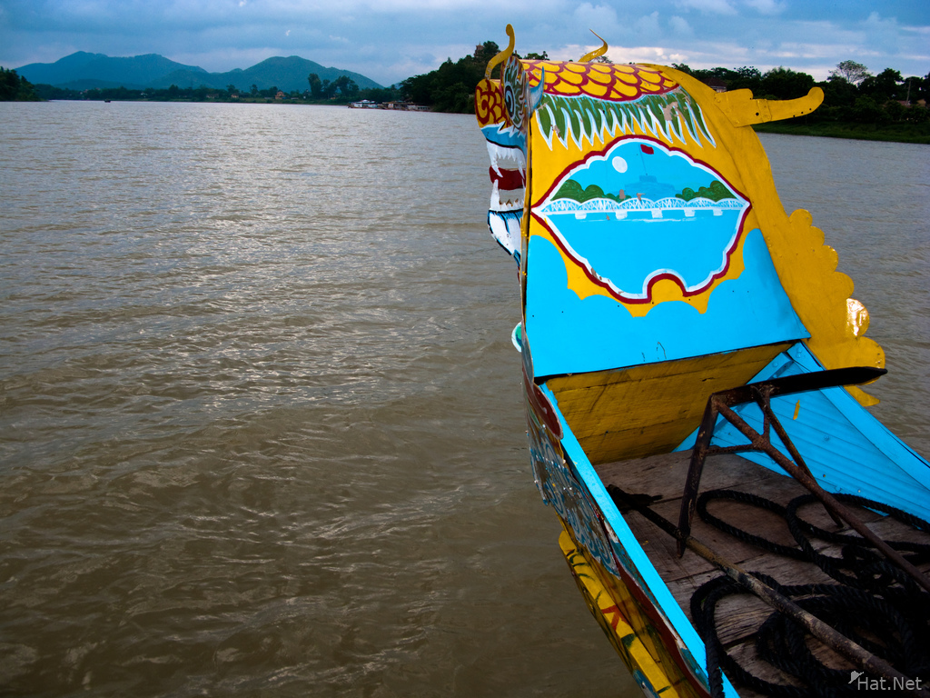 boat to thien mu pagoda